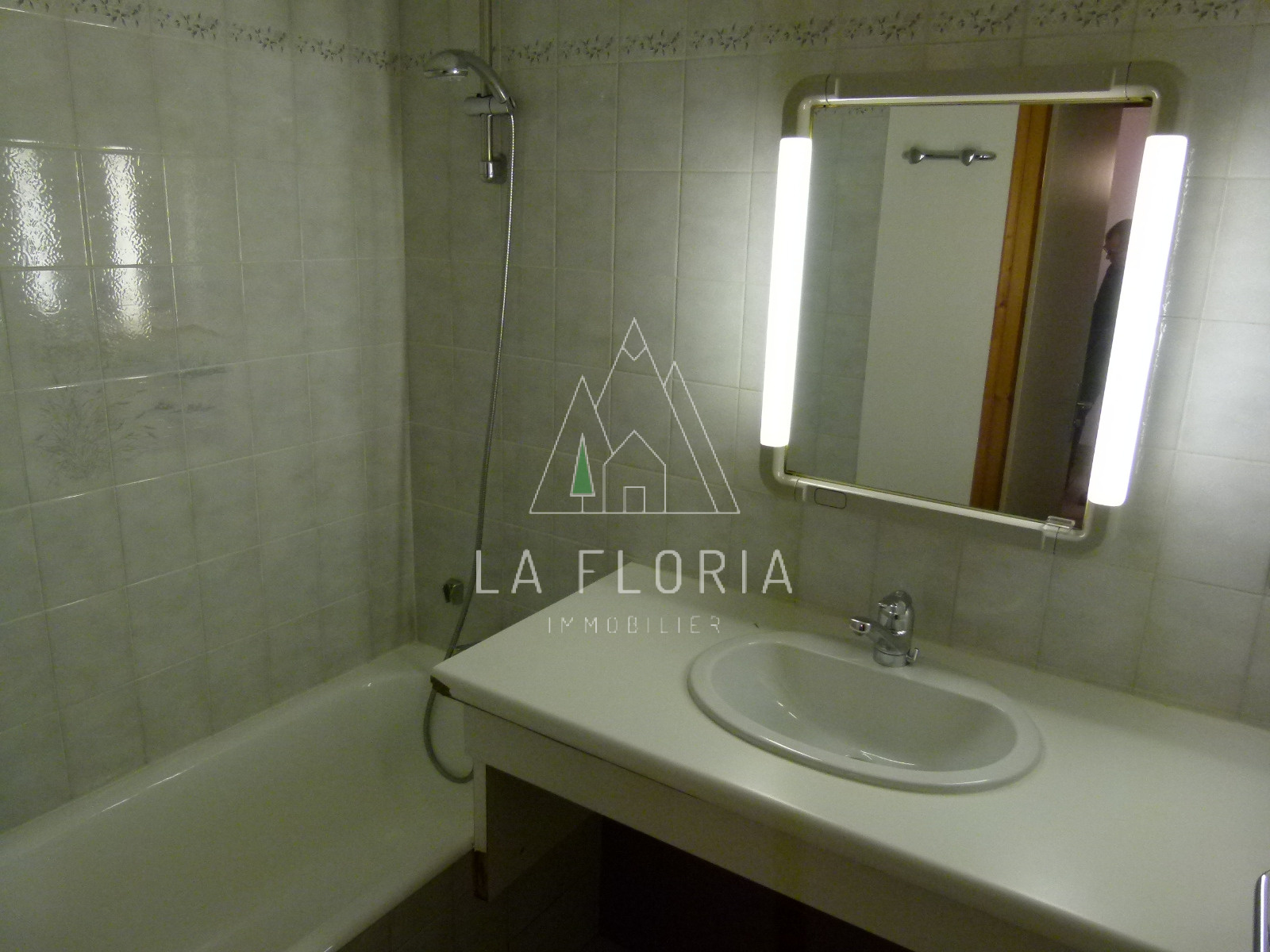 2 BED / 2 BATH SKI IN SKI OUT APARTMENT, CHAMONIX LES PRAZ