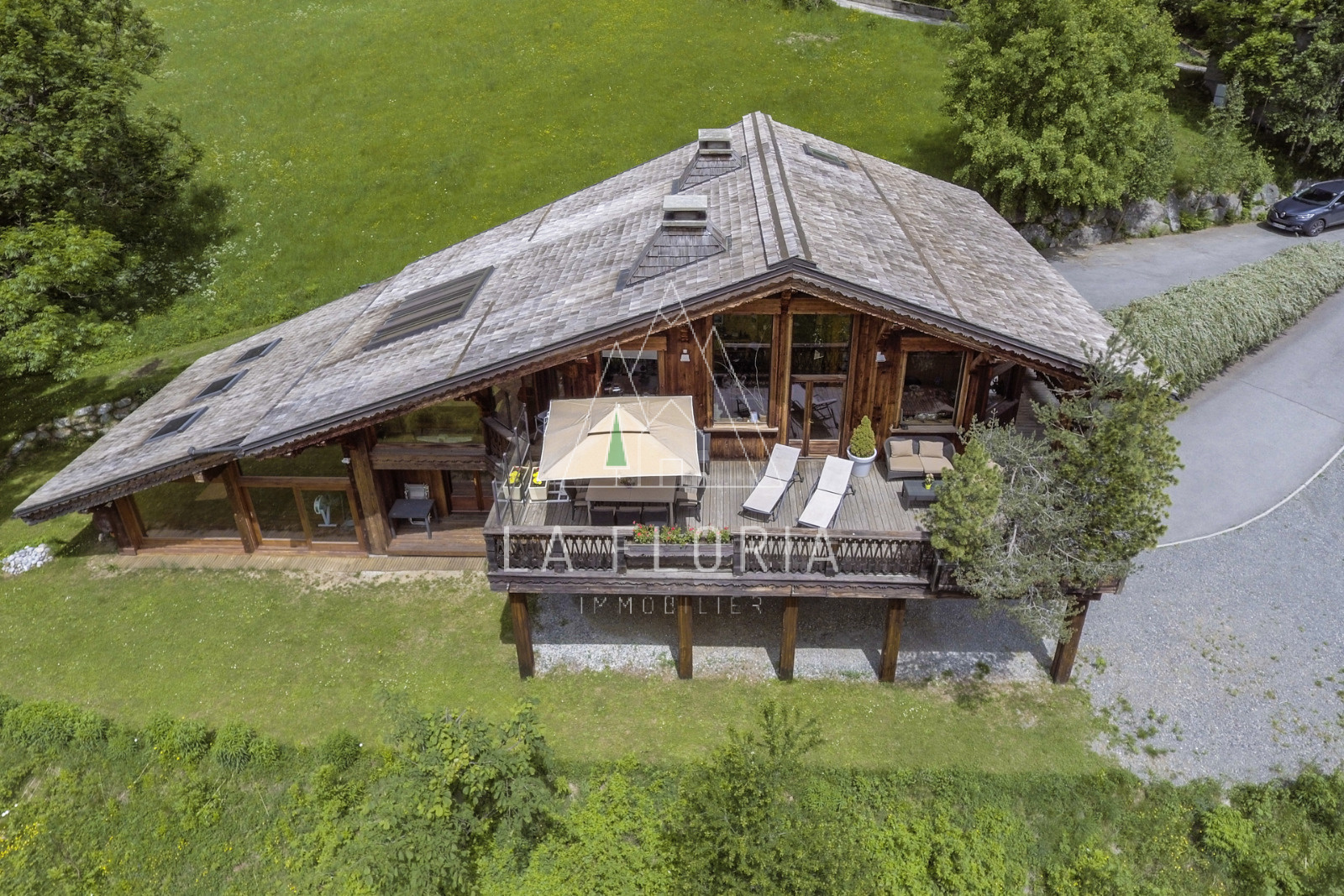 UNDER OFFER / EXCEPTIONALLY POSITIONED CHALET CHAMONIX LES MOUSSOUX