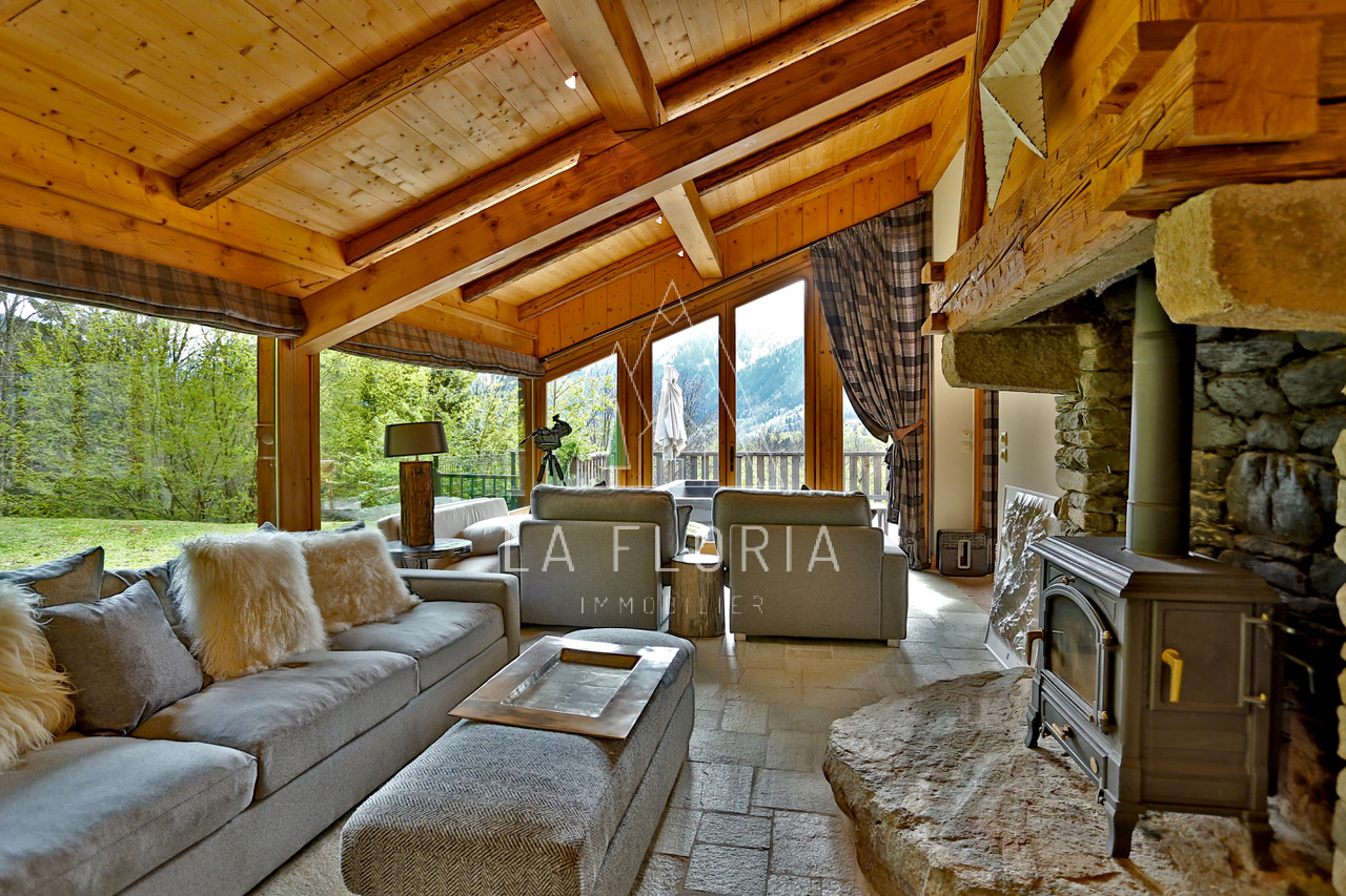 UNDER OFFER / PRIVATE HAMLET WITH 425 M2 FARMHOUSE & GUEST CHALET
