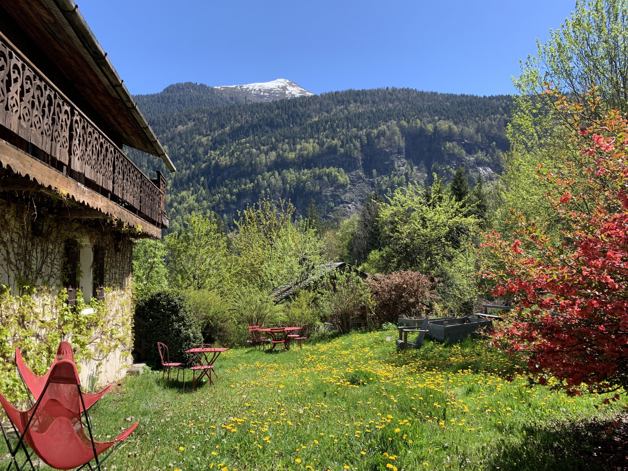 HUGE  6 BEDROOM TRIPLEX WITH CELLAR AND GARDEN IN QUIET AREA, LES HOUCHES